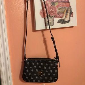Black Small purse pre-owned like brand new.